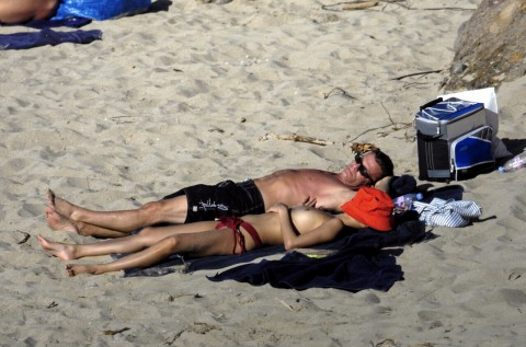 【衝撃】ミランダ・カーやパリス・ヒルトンまで!夏のビーチで乳首開放してるセレブ達wwwwwwwwwwww(画像22枚)・21枚目