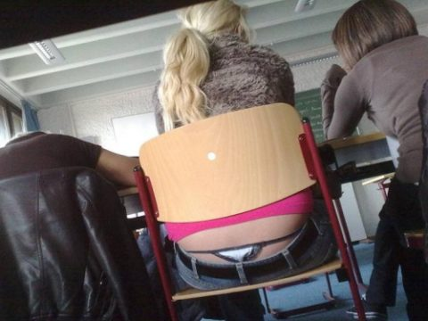 【画像】前の席の女のケツがエロ過ぎて授業に集中できない・・・(27枚)・1枚目