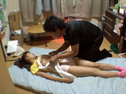 【激ヤバ】睡眠薬で眠らされた少女にイタズラする男を捕えた画像、これアカンやつや・・・・・(21枚)