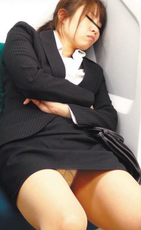 【※画像あり】電車で大股開いて座ってるJKのハミマンゲットしたったわwwwwwwwwwwwwwwwww・1枚目