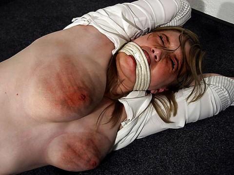 【 閲 覧 注 意 】 外 人 の 拷 問 エ ロ 画 像 が ド ン 引 き レ ベ ル ・・・・・(25枚)・2枚目
