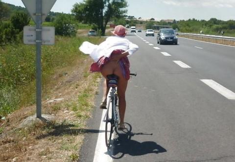 """【露出狂】自転車で前に割り込んできて突然 """"尻"""" を見せてくる変態女現るwwwwwwww(※画像あり)・1枚目"""