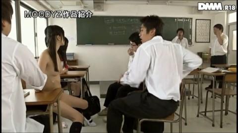【エロ過ぎ】電車のなかで全裸でM字開脚させられる女子校生現る(※画像あり)・20枚目