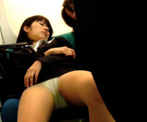 【※画像あり】電車で大股開いて座ってるJKのハミマンゲットしたったわwwwwwwwwwwwwwwwww・11枚目