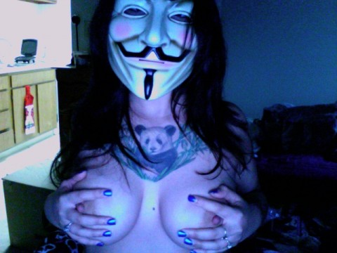 【素人】ガイ・フォークスの仮面をかぶった女たちが普段の10倍卑猥になる件(※画像あり)・1枚目