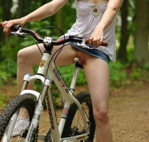 """【露出狂】自転車で前に割り込んできて突然 """"尻"""" を見せてくる変態女現るwwwwwwww(※画像あり)・17枚目"""