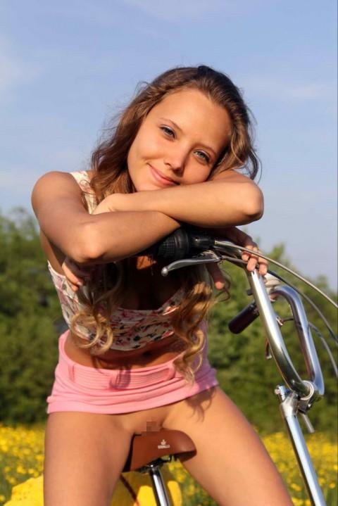 """【露出狂】自転車で前に割り込んできて突然 """"尻"""" を見せてくる変態女現るwwwwwwww(※画像あり)・19枚目"""