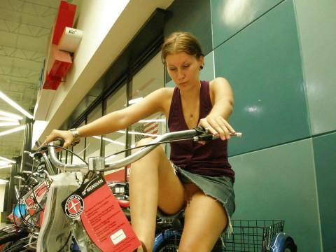 """【露出狂】自転車で前に割り込んできて突然 """"尻"""" を見せてくる変態女現るwwwwwwww(※画像あり)・20枚目"""