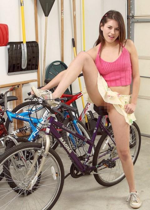 """【露出狂】自転車で前に割り込んできて突然 """"尻"""" を見せてくる変態女現るwwwwwwww(※画像あり)・21枚目"""