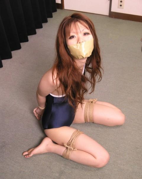 【※レイプ不可避】口を封じられてる女のエロさは異常wwwwwwwwwwwwwww(※画像あり)・11枚目