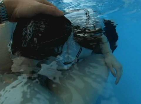 【※GIF画像あり】水中フェラさせられた女性、酸欠で窒息死不可避・・・・・・・・11枚目
