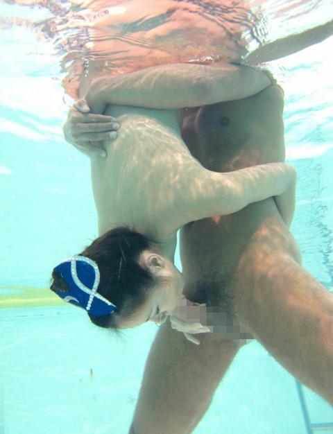 【※GIF画像あり】水中フェラさせられた女性、酸欠で窒息死不可避・・・・・・・・10枚目