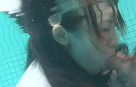【※GIF画像あり】水中フェラさせられた女性、酸欠で窒息死不可避・・・・・・・・2枚目