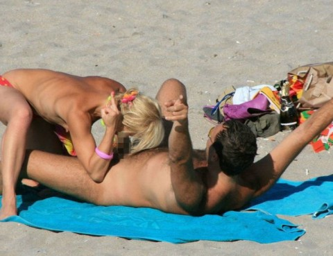 【※画像あり】ヌーディストビーチの無法者たちをご覧くださいwwwwwwwwwwwwww(21枚)・13枚目