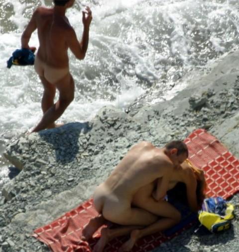 【※画像あり】ヌーディストビーチの無法者たちをご覧くださいwwwwwwwwwwwwww(21枚)・10枚目