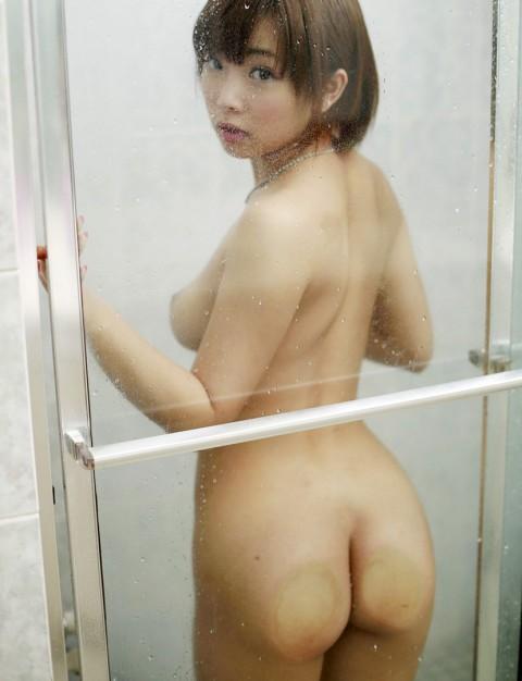 【画像】ガラステーブルに彼女を全裸で座らせて下から眺めた結果→マソコもアナルも丸見えでワロタwwwwwwwwww・12枚目