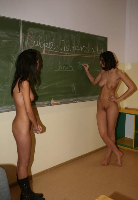 【効果絶大】海外ではすでに取り入れられている全裸で授業を受ける風景をご覧ください(19枚)・12枚目