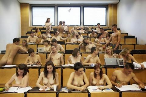 【効果絶大】海外ではすでに取り入れられている全裸で授業を受ける風景をご覧ください(19枚)・8枚目