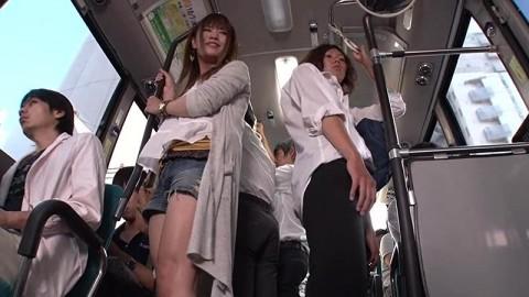 【ドッキリ】通学バスで痴女に遭遇→最高潮にボッキしたところで痴女がニューハーフだと分かるとどうなるか・・・(動画)・12枚目