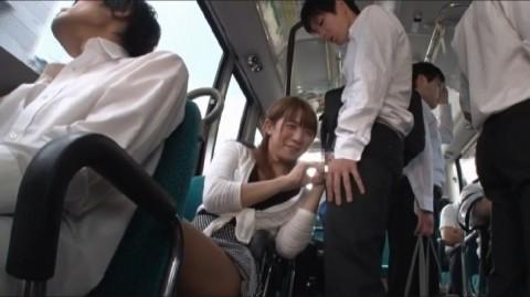 【ドッキリ】通学バスで痴女に遭遇→最高潮にボッキしたところで痴女がニューハーフだと分かるとどうなるか・・・(動画)・28枚目