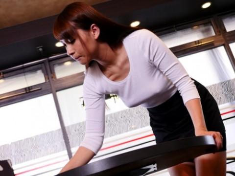 【アダルト画像】(※画像あり)近所のカフェ店員の着衣お乳がえろ過ぎるんだがwwwwwwwwwちなブラなしなwwwwwwwwwwwwwwwwwwwwwwww