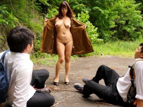 【ワロタ】目の前に露出狂美女が現れた時の男子●学生の反応wwwwwwwwwwwwwwww(※画像あり)・1枚目