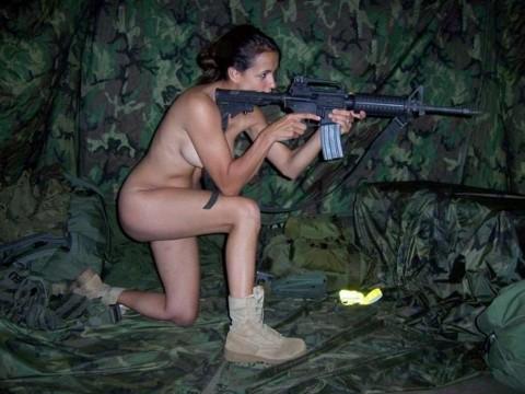【※画像あり】女性兵士がいかに欲求不満であるかご覧ください(35枚)・1枚目