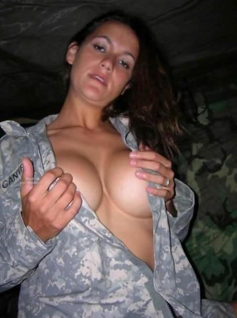 【※画像あり】女性兵士がいかに欲求不満であるかご覧ください(35枚)・6枚目