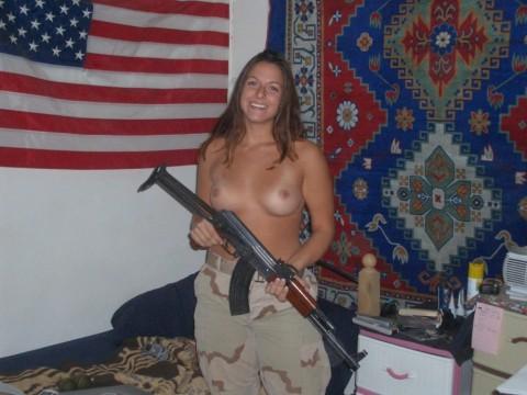 【※画像あり】女性兵士がいかに欲求不満であるかご覧ください(35枚)・13枚目