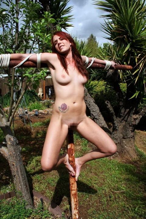 【ドS集合】野外で全裸で磔されてる女の子の画像が意外と多く見つかったので貼ってくwwwwwwwwwww(27枚)・19枚目