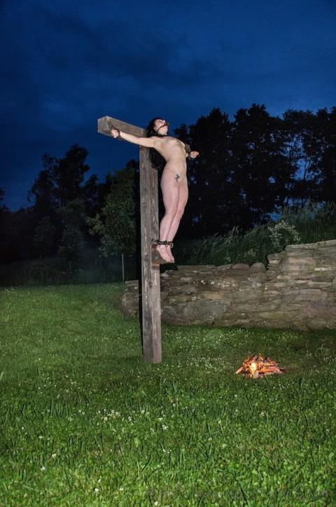 【ドS集合】野外で全裸で磔されてる女の子の画像が意外と多く見つかったので貼ってくwwwwwwwwwww(27枚)・21枚目
