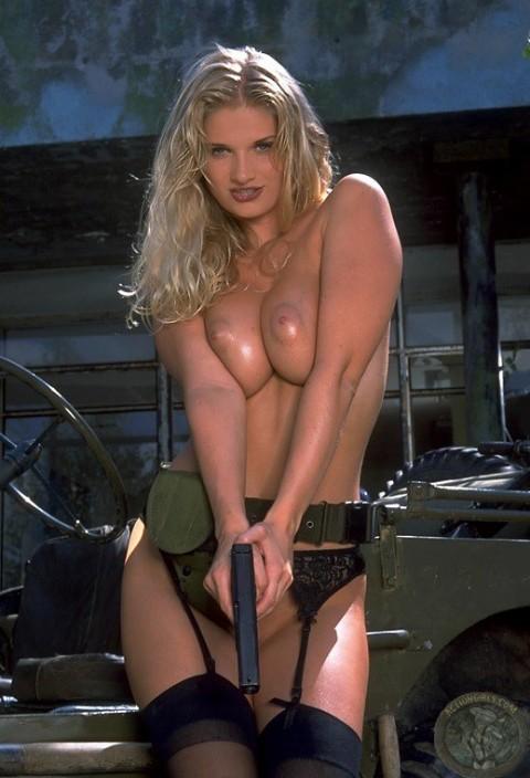 【※画像あり】女性兵士がいかに欲求不満であるかご覧ください(35枚)・21枚目