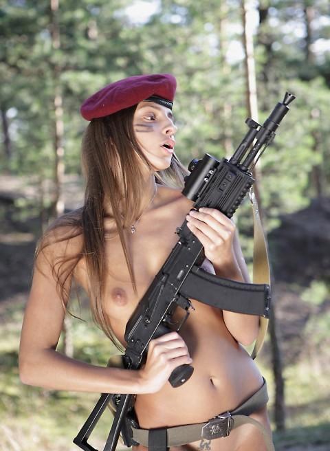 【※画像あり】女性兵士がいかに欲求不満であるかご覧ください(35枚)・33枚目
