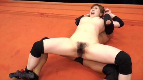 【中途半端】全裸プロレスとかいうチンコが微妙に反応する性競技wwwwwwwwwwwwwww(画像26枚)・2枚目