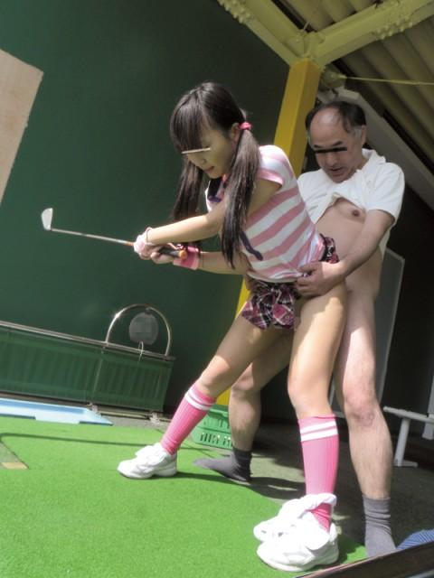 【画像あり】ゴルフレッスンで女性の背後に立った時の男の頭ん中wwwwwwwwwwwww・2枚目