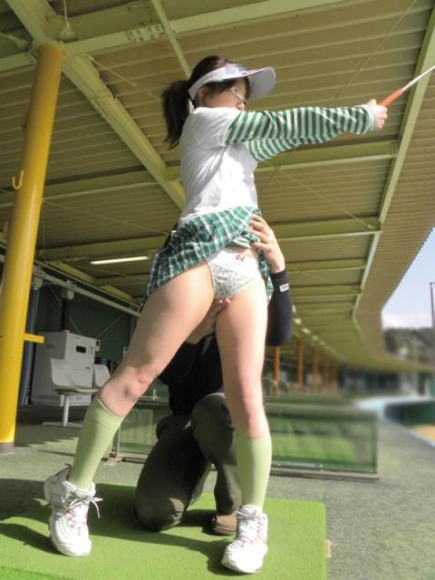【画像あり】ゴルフレッスンで女性の背後に立った時の男の頭ん中wwwwwwwwwwwww・4枚目