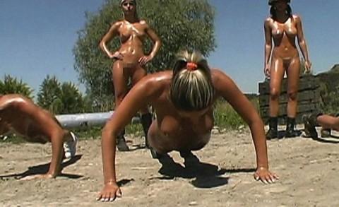 とある女性兵士たちの訓練の様子がエロすぎると話題に・・・(※画像有)・5枚目