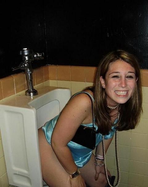 【※画像あり】女子の男子トイレでのおふざけ具合があまりにもひどいwwwwwwwwwwwwwwwwww・8枚目