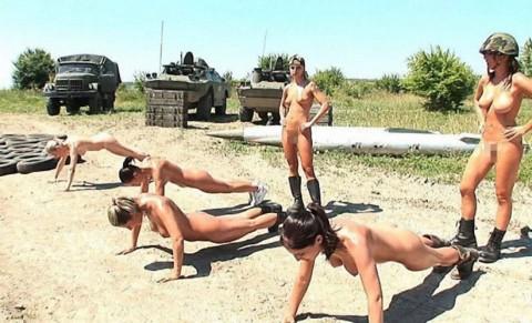 とある女性兵士たちの訓練の様子がエロすぎると話題に・・・(※画像有)・10枚目