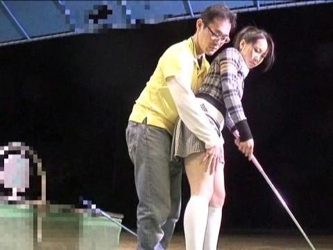 【画像あり】ゴルフレッスンで女性の背後に立った時の男の頭ん中wwwwwwwwwwwww・12枚目