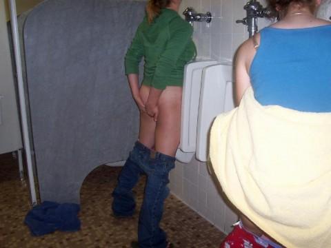 【※画像あり】女子の男子トイレでのおふざけ具合があまりにもひどいwwwwwwwwwwwwwwwwww・13枚目