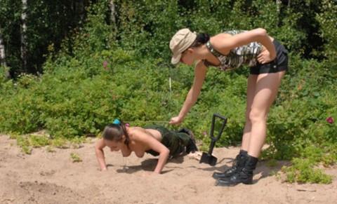 とある女性兵士たちの訓練の様子がエロすぎると話題に・・・(※画像有)・13枚目