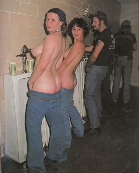 【※画像あり】女子の男子トイレでのおふざけ具合があまりにもひどいwwwwwwwwwwwwwwwwww・15枚目