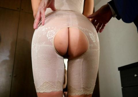 【画像】矯正下着つけてHしてる熟女のエロさは異常wwwwwwwwwwwwwww(23枚)・2枚目