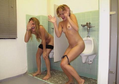 【※画像あり】女子の男子トイレでのおふざけ具合があまりにもひどいwwwwwwwwwwwwwwwwww・18枚目