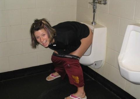 【※画像あり】女子の男子トイレでのおふざけ具合があまりにもひどいwwwwwwwwwwwwwwwwww・19枚目