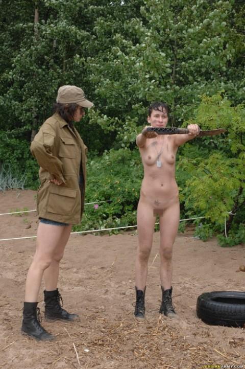 とある女性兵士たちの訓練の様子がエロすぎると話題に・・・(※画像有)・19枚目