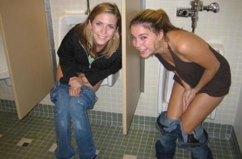【※画像あり】女子の男子トイレでのおふざけ具合があまりにもひどいwwwwwwwwwwwwwwwwww・22枚目