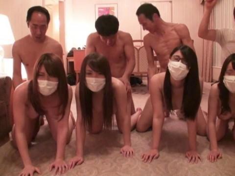 【画像】女を一列に並べて順番にマ●コを堪能していく超裏山プレイwwwwwwwwwwwwwww(25枚)・1枚目