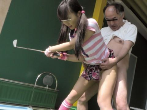 【画像あり】ゴルフレッスンで女性の背後に立った時の男の頭ん中wwwwwwwwwwwww・1枚目
